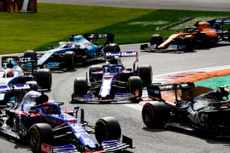 Kevin Magnussen, Haas F1 Team VF-19, leads Daniil Kvyat, Toro Rosso STR14, Robert Kubica, Williams FW42, George Russell, Williams Racing FW42, and Lando Norris, McLaren MCL34, at the start