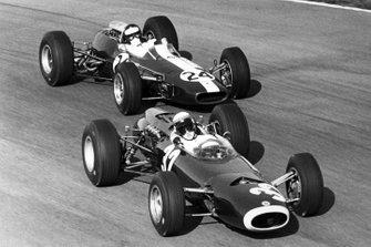 Джеки Стюарт, BRM P261, и Джим Кларк, Lotus 33