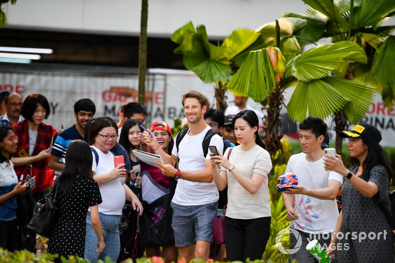 Romain Grosjean, Haas F1Team signe un autographe pour un fan