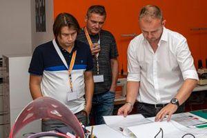 Alberto Dall'Oglio, Managing Director of Teca25, Jens Munser ve Oleg Karpov, Motorsport.com F1 Editor