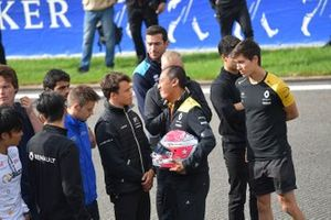 Mia Sharizman Renault Sport Academy Director, shows his emotion whilst shaking hands with Nyck De Vries, ART Grand Prix, with Louis Deletraz, Carlin, Jack Aitken, Renault R.S. 19, Guanyu Zhou, UNI Virtuosi Racing and Luca Ghiotto, UNI Virtuosi Racing