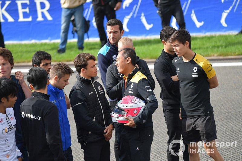 Mia Sharizman, Director de la Renault Sport Academy, muestra su emoción estrechando la mano de Nyck De Vries, ART Grand Prix, Louis Deletraz, Carlin, Jack Aitken, Renault R.S. 19, Guanyu Zhou, UNI Virtuosi Racing y Luca Ghiotto, UNI Virtuosi Racing.
