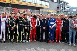 Piloti in piedi sulla griglia in silenzio in memoria di Anthoine Hubert con Chase Carey, Chairman, Formula 1, Christian Horner, Team Principal, Red Bull Racing, Luca Ghiotto, UNI Virtuosi Racing, Nobuharu Matsushita, Carlin, Callum Ilott, Sauber Junior Team by Charouz
