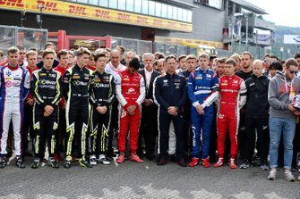 Drivers line up on the grid in silence for the passing on Anthoine Hubert with Chase Carey, Chairman, Formula 1, Christian Horner, Team Principal, Red Bull Racing, Luca Ghiotto, UNI Virtuosi Racing, Nobuharu Matsushita, Carlin, Callum Ilott, Sauber Junior Team by Charouz