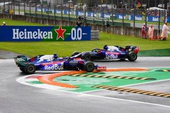 Pierre Gasly, Toro Rosso STR14 gets struck on a kerb as Daniil Kvyat, Toro Rosso STR14 drives by