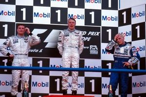 Podium: tweede David Coulthard, McLaren, winnaar Mika Hakkinen, McLaren, derde Jacques Villeneuve, Williams