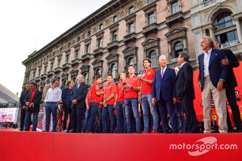 Ex pilotos y personal de Ferrari F1 se reúnen en el escenario con los pilotos de la Ferrari Academy