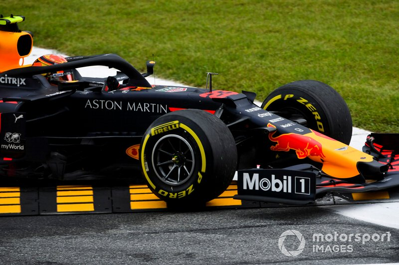 Alexander Albon, Red Bull Racing RB15 runs wide