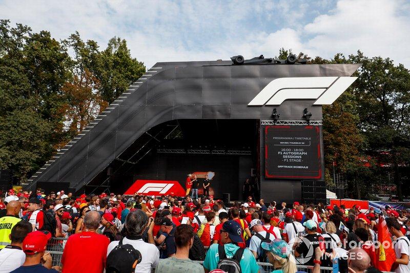 Kevin Magnussen, Haas F1 y Romain Grosjean, Haas F1 en el escenario en la zona de aficionados
