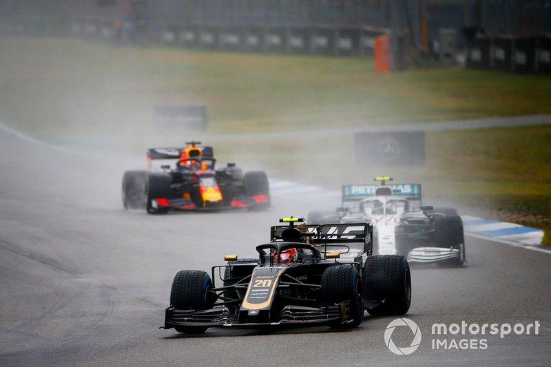 Kevin Magnussen, Haas F1 Team VF-19, precede Valtteri Bottas, Mercedes AMG W10, e Max Verstappen, Red Bull Racing RB15