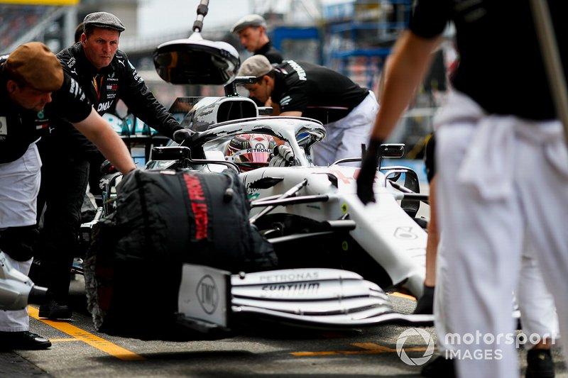 Lewis Hamilton, Mercedes AMG F1 W10, dans la voie des stands