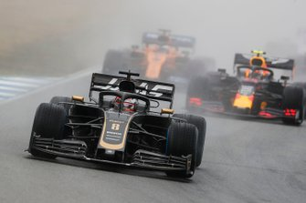 Romain Grosjean, Haas F1 Team VF-19, precede Pierre Gasly, Red Bull Racing RB15, e Carlos Sainz Jr., McLaren MCL34