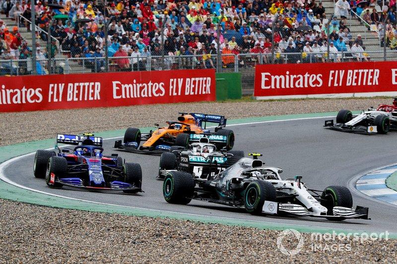 Valtteri Bottas, Mercedes AMG W10 precede Alexander Albon, Toro Rosso STR14, Lewis Hamilton, Mercedes AMG F1 W10 e Carlos Sainz Jr., McLaren MCL34