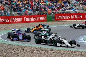 Valtteri Bottas, Mercedes AMG W10 voor Alexander Albon, Toro Rosso STR14, Lewis Hamilton, Mercedes AMG F1 W10 en Carlos Sainz Jr., McLaren MCL34