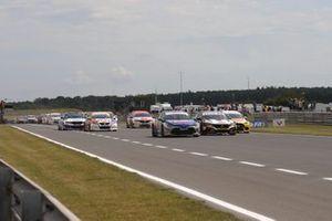 Inizio della gara, Tom Ingram, Speedworks Motorsport Toyota Corolla leads