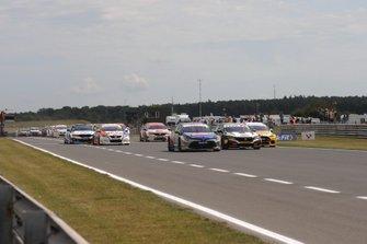Start of the race, Tom Ingram, Speedworks Motorsport Toyota Corolla leads