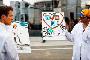 Lando Norris, McLaren y Carlos Sainz Jr. pintan para un la televisión
