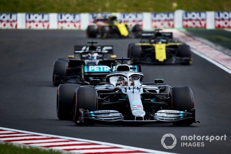 Lewis Hamilton, Mercedes AMG F1 W10, precede Romain Grosjean, Haas F1 Team Team VF-19, e Daniel Ricciardo, Renault F1 Team R.S.19