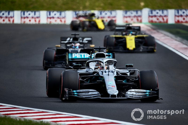 Lewis Hamilton, Mercedes AMG F1 W10, devant Romain Grosjean, Haas F1 Team Team VF-19, et Daniel Ricciardo, Renault F1 Team R.S.19