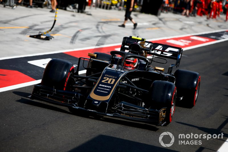 Kevin Magnussen, Haas F1 Team VF-19 nella pit lane