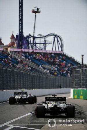 Kevin Magnussen, Haas F1 Team VF-19 y Daniel Ricciardo, Renault F1 Team R.S.19