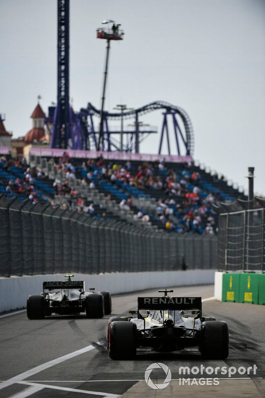 Kevin Magnussen, Haas F1 Team VF-19 and Daniel Ricciardo, Renault F1 Team R.S.19