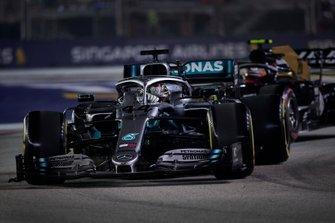 Lewis Hamilton, Mercedes AMG F1 W10, devant Kevin Magnussen, Haas F1 Team VF-19