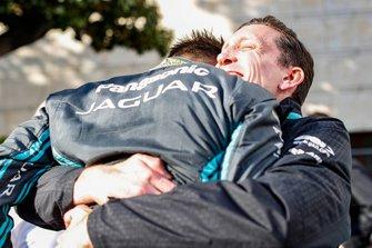 Mitch Evans, Panasonic Jaguar Racing, abbraccia James Barclay, Team Director, Panasonic Jaguar Racing, dopo aver conquistato la sua prima vittoria