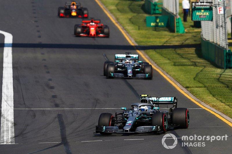 Valtteri Bottas, Mercedes AMG W10, precede Lewis Hamilton, Mercedes AMG F1 W10, and Sebastian Vettel, Ferrari SF90