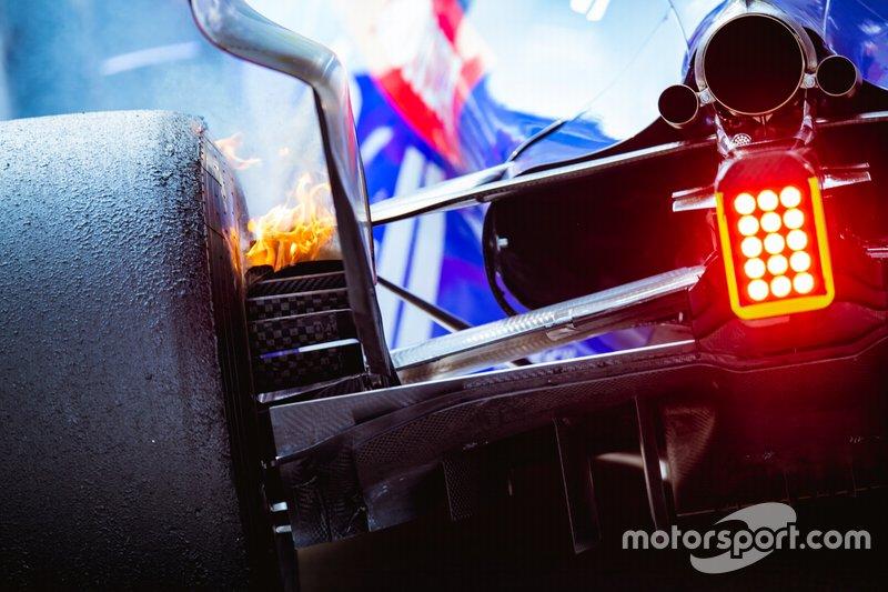 Los frenos en llamas de Alexander Albon y su Toro Rosso STR14