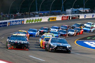 Start zum Toyota Owners 400 in Richmond: Kevin Harvick, Stewart-Haas Racing, Ford Mustang Mobil 1, Kurt Busch, Chip Ganassi Racing, Chevrolet Camaro Global Poker