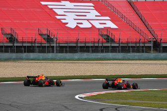 Max Verstappen, Red Bull Racing RB15, voor Pierre Gasly, Red Bull Racing RB15