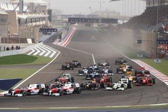 Тимо Глок, Toyota TF109, Ярно Трулли, Toyota TF109, Льюис Хэмилтон, McLaren MP4-24 Mercedes, Дженсон Баттон, Brawn GP BGP001 Mercedes и Себастьян Феттель, Red Bull Racing RB5 Renault входят в первый поворот