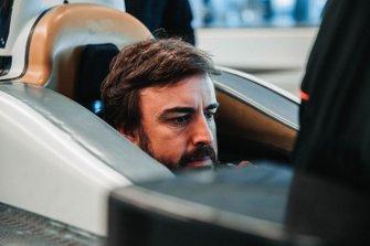 Fernando Alonso prova il sedile per la Indy 500