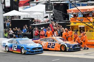 Ryan Blaney, Team Penske, Ford Mustang PPG and Joey Logano, Team Penske, Ford Mustang Autotrader, makes a pit stop