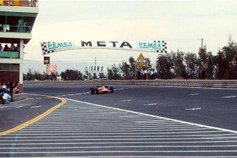 Graham Hill, Lotus 49B Ford, golpea el aire mientras toma la bandera a cuadros y la primera posición y se convierte en campeón mundial por segunda vez