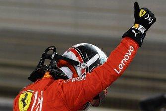 Charles Leclerc, Ferrari, célèbre sa pole position