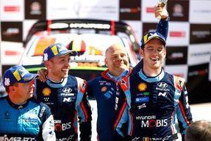 Подиум: Тьерри Невилль, Николя Жильсуль, Hyundai Motorsport Hyundai i20 Coupe WRC, Андреа Адамо, руководитель команды Hyundai Motorsport