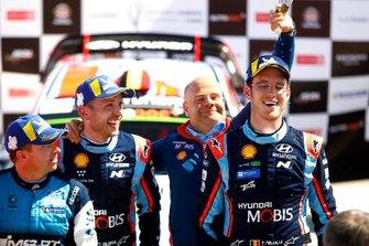 Podio: Thierry Neuville, Nicolas Gilsoul, Hyundai Motorsport Hyundai i20 Coupe WRC con Andrea Adamo, Team principal Hyundai Motorsport