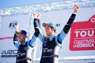 Podium: Winnaars Thierry Neuville, Nicolas Gilsoul, Hyundai Motorsport Hyundai i20 Coupe WRC