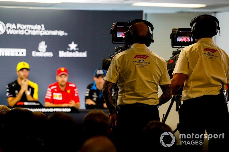 Operatori televisivi al lavoro durante la conferenza stampa FIA del giovedì