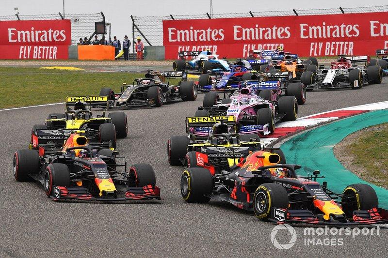 Max Verstappen, Red Bull Racing RB15, precede Pierre Gasly, Red Bull Racing RB15, Daniel Ricciardo, Renault F1 Team R.S.19, Nico Hulkenberg, Renault F1 Team R.S. 19, ed il resto del gruppo al primo giro