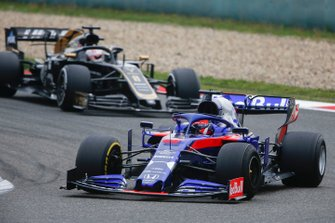Daniil Kvyat, Toro Rosso STR14, leads Romain Grosjean, Haas F1 Team VF-19