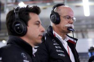 Руководитель Mercedes AMG F1 Тото Вольф и глава Mercedes Benz доктор Дитер Цетше