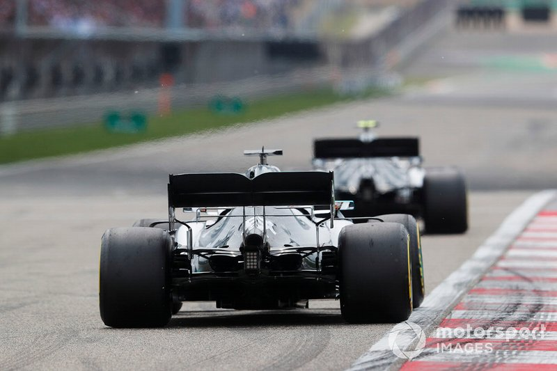 Valtteri Bottas, Mercedes AMG W10. precede Lewis Hamilton, Mercedes AMG F1 W10
