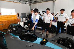 Yiyang Qianxi, singer, steps into the Gen 2 car