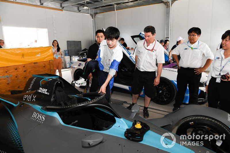 Yiyang Qianxi, singer, steps into the Gen 2 car