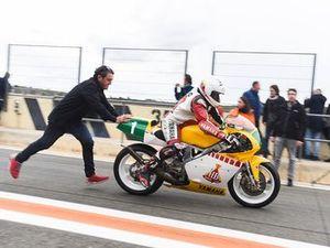 Champi impulsa la moto de Carlos Lavado en el Racing Legends del Circuit Ricardo Tormo