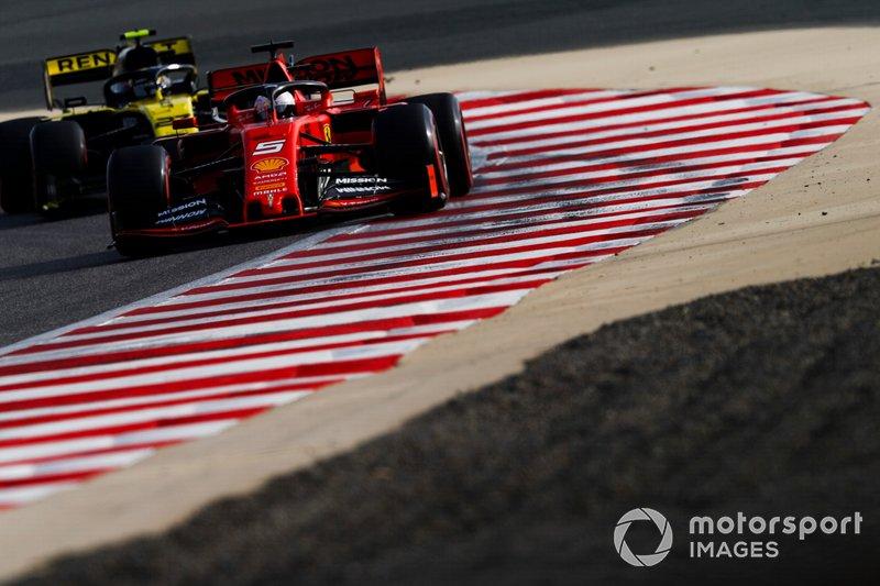 Sebastian Vettel, Ferrari SF90, precede Nico Hulkenberg, Renault R.S. 19