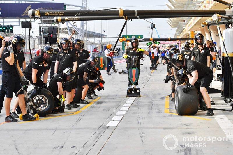 Механики Haas перед пит-стопом